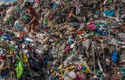 Les consommateurs s'inquiètent et les pays tâtonnent dans leur réponse au problème de l'utilisation mondiale du plastique